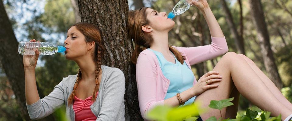 Bere poca acqua (o non bere) porta al consumo di bevande caloriche